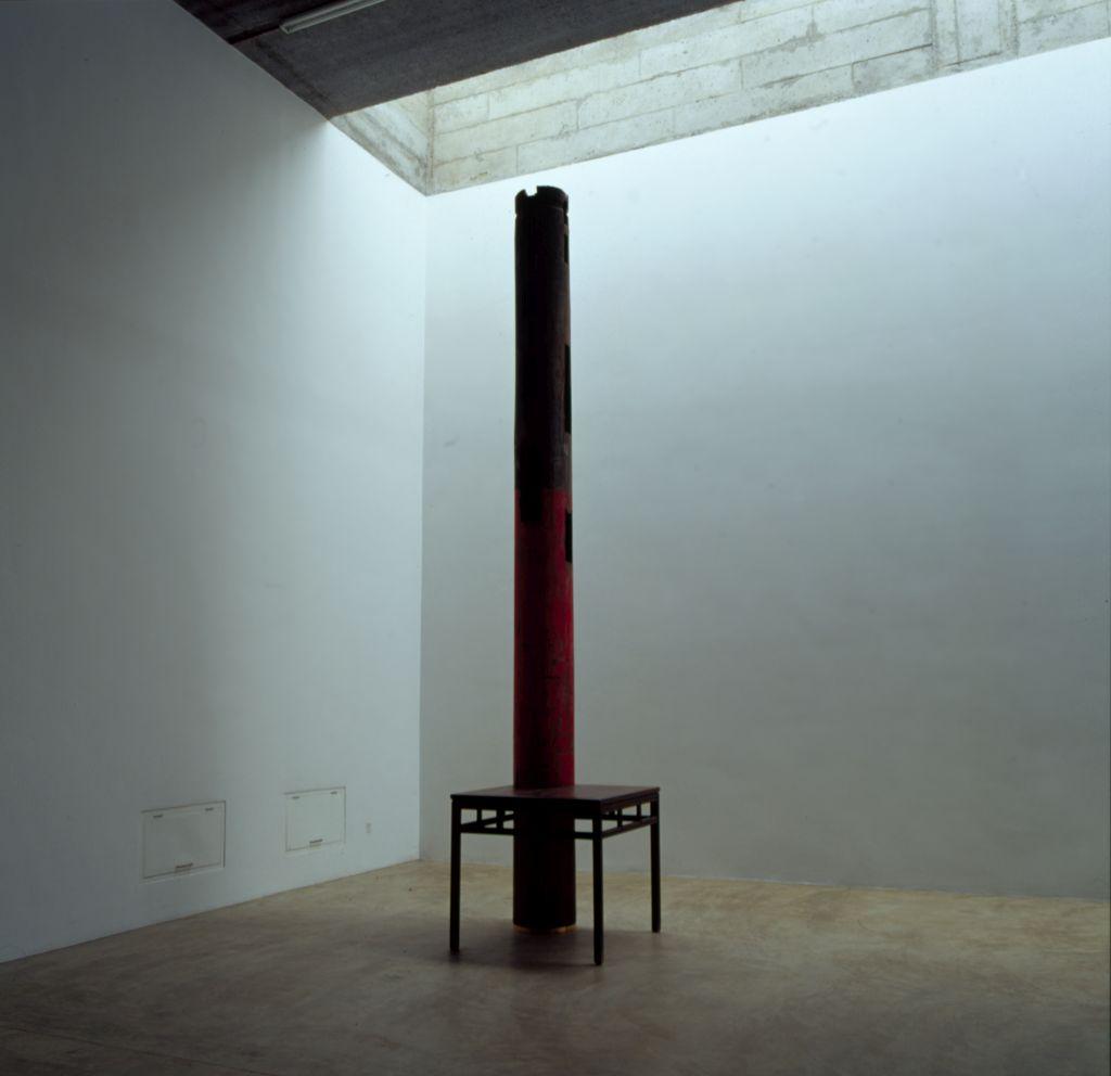 Ai Weiwei: Miza in steber, 2002, fotografija (c) z dovoljenjem Ai Weiwei