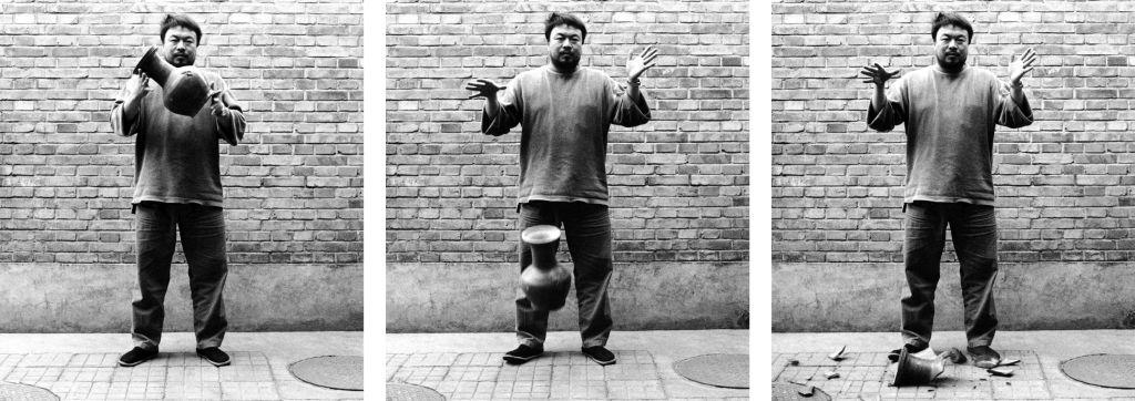 Spuščanje žare iz obdobja dinastije Han, fotografija: z dovoljenjem Ai Weiwei