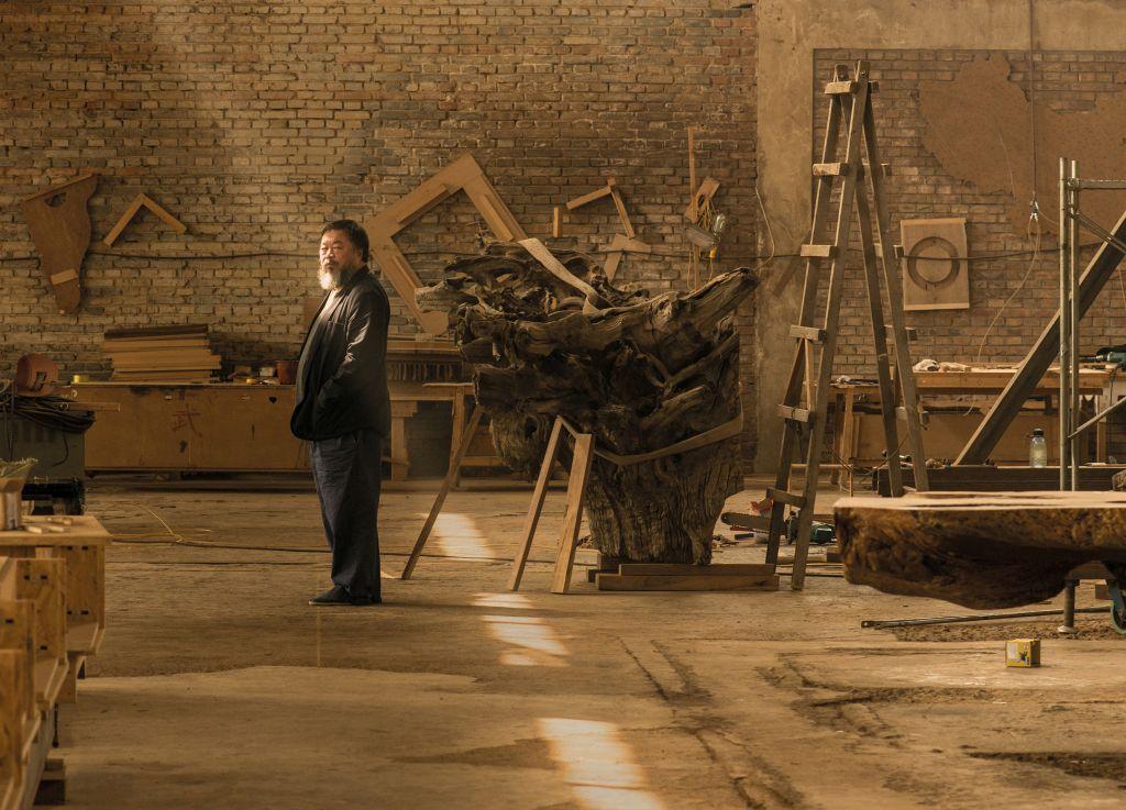 Ai Weiwei v svojem pekinškem studiu, fotografija: z dovoljenjem Harry Pearce / Pentagram